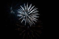 Exposição branca dos fogos-de-artifício durante a noite foto de stock
