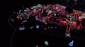 Exposição clara do Natal nas terras como visto por um zangão video estoque