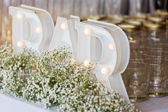 Exposição da decoração do casamento com sinal bonde da barra, vidro imagem de stock royalty free