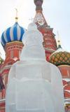 Exposição da escultura de gelo no quadrado vermelho Imagem de Stock Royalty Free