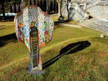 Exposição da escultura no parque do palácio de Cantacuzino, Busteni, vale de Prahova, Romênia fotografia de stock
