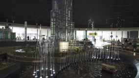 A exposição da fonte dos modelos perto de Burj Khalifa feito de Lego remenda em Miniland Legoland em parques e em recursos de Dub video estoque