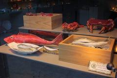 Exposição da janela com as criaturas cerâmicas do mar imagens de stock royalty free