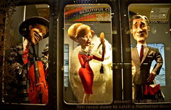 Exposição da janela do feriado da opinião dos espectadores em Saks Fifth Avenue em NYC o 16 de dezembro de 2013 Fotos de Stock Royalty Free