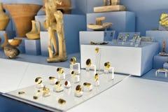 A exposição da joia do ouro encontrou durante o excavatio arqueológico Fotos de Stock Royalty Free