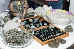 Exposição da joia feita com pedras preciosas foto de stock