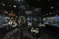 Exposição da joia no William e a Judith Bollinger Gallery em Victoria e o Albert Museum Fotos de Stock Royalty Free