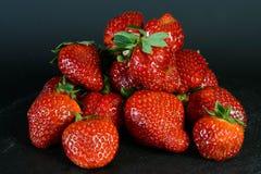 Exposição da morango no fundo preto, fruto fresco, alimento saudável Fotografia de Stock Royalty Free