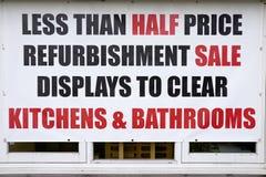 Exposição da restauração dos banheiros das cozinhas do sinal da janela da loja da venda de meio preço para cancelar o Signage imagem de stock