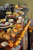 Exposição da sobremesa cercada por luzes da abóbora de Dia das Bruxas Fotografia de Stock