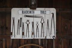 Exposição das ferramentas no ferreiro Shop na vila de Amish imagens de stock royalty free