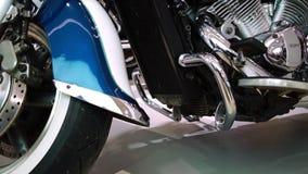 Exposição das motocicletas, grande close up da motocicleta do cromo filme