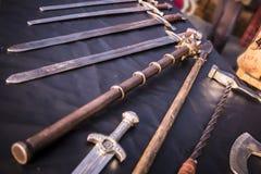 Exposição de armas medievais, espadas imagens de stock royalty free