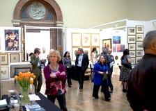 Exposição de arte em uma galeria com povos Imagens de Stock Royalty Free