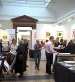 Exposição de arte em uma galeria com povos Imagem de Stock Royalty Free