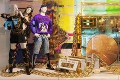 Exposição de brilho da janela de loja de H&M com coleção dos vestuários de Moschino foto de stock royalty free
