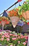 Exposição de cestas de suspensão coloridas da palha na frente de um celeiro Foto de Stock Royalty Free