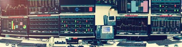 Exposição de citações e de carta do mercado de valores de ação no roo do computador do monitor imagens de stock royalty free