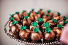 Exposição de doces dourados do chocolate fotografia de stock