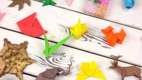 Exposição de figuras do origâmi na madeira video estoque