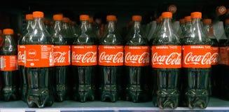 Exposição de garrafas plásticas de Coca-Cola imagem de stock