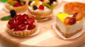 Exposição de madeira revolvendo com sobremesas gourmet vídeos de arquivo