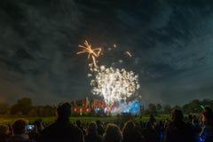 Exposição de observação dos fogos-de-artifício dos povos na fogueira 4o da celebração de novembro, castelo de Kenilworth, Reino U Foto de Stock