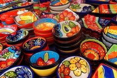 Exposição de pratos coloridos em Madeira Imagens de Stock
