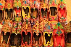 Exposição de sapatas coloridas, forte de Mehrangarh, Jodhpur, Índia imagem de stock