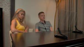 Exposição de vidro transparente de vista masculina e fêmea do infographics video estoque