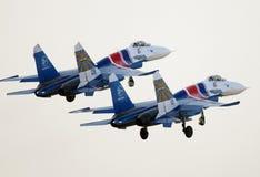 A exposição de voo do russo Knights Sukhoi Su-27s no International Airshow de Barém Imagens de Stock