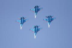 A exposição de voo e a mostra aerobatic de cavaleiros do russo indicam a equipe Fotos de Stock