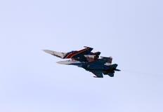 Exposição de voo e mostra aerobatic de cavaleiros do russo no International Airshow de Barém Imagem de Stock Royalty Free