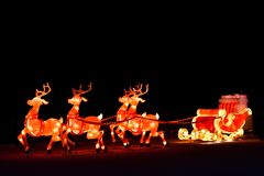 Exposição decorativa das luzes do Natal do inverno do transporte de Santa com rena foto de stock royalty free