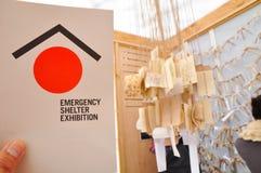 A exposição do abrigo da emergência, estabelecida para propor os abrigos que podem proteger povos dos elementos em situações de e imagens de stock royalty free