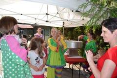 Exposição do alimento e do parque de diversões no pátio traseiro Fotos de Stock Royalty Free