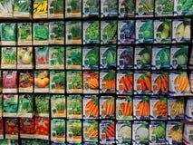 Exposição do centro de jardim de pacotes da semente de Vegietable foto de stock