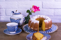 Exposição do copo da torta de maçã do chá e chaleira na tabela de madeira e fundo branco do tijolo, xícara de chá da porcelana do Imagens de Stock