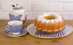 Exposição do copo da torta de maçã do chá e chaleira na tabela de madeira e fundo branco do tijolo, xícara de chá da porcelana do Fotos de Stock