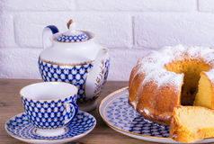 Exposição do copo da torta de maçã do chá e chaleira na tabela de madeira e fundo branco do tijolo, xícara de chá da porcelana do Imagem de Stock Royalty Free