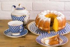Exposição do copo da torta de maçã do chá e chaleira na tabela de madeira e fundo branco do tijolo, xícara de chá da porcelana do Foto de Stock Royalty Free