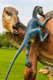 Exposição do dinossauro no parque botânico Foto de Stock