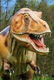 Exposição do dinossauro no parque botânico Imagens de Stock