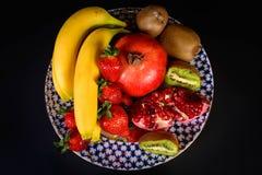 Exposição do fruto natural fresco, da morango orgânica, da metade da grandada, da banana e do quivi na placa da porcelana do russ Foto de Stock Royalty Free