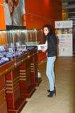 A exposição do International de Garik Gevorkyan Founder X da casa da joia da esteta da jovem mulher do brilho dos tipos da joia e fotos de stock