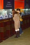 A exposição do International de Garik Gevorkyan Founder X da casa da joia da esteta da jovem mulher do brilho dos tipos da joia e imagem de stock royalty free