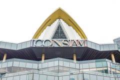 Exposição do logotipo do shopping de ICONSIAM na frente do armazém em novembro 10,2018 em Banguecoque, Tailândia imagens de stock royalty free