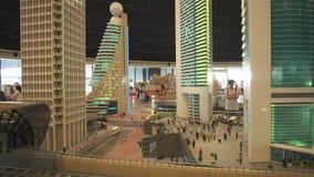 A exposição do metro de Dubai dos modelos perto dos arranha-céus feitos de Lego remenda em Miniland Legoland em parques e em recu video estoque