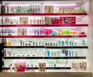 Exposição do retalho dos cosméticos da clínica na loja imagem de stock