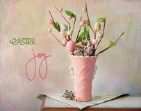 Exposição do tampo da mesa com decorações da Páscoa fotos de stock
